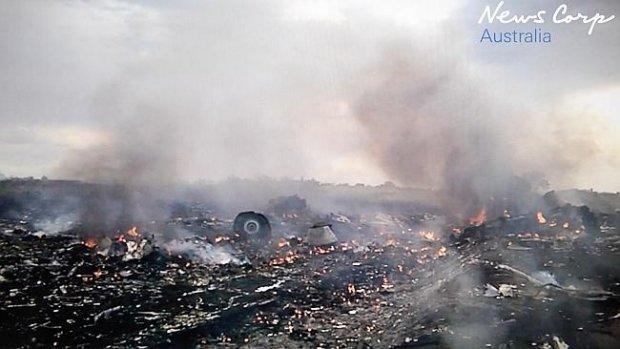 В первые минуты после трагедии MH17 боевики копались в вещах погибших и фотографировались (ФОТО, ВИДЕО), фото-5