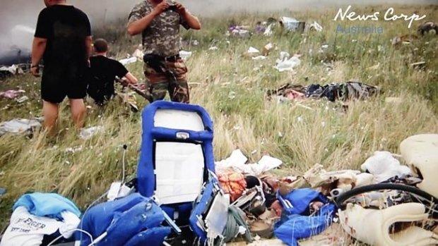 В первые минуты после трагедии MH17 боевики копались в вещах погибших и фотографировались (ФОТО, ВИДЕО), фото-1