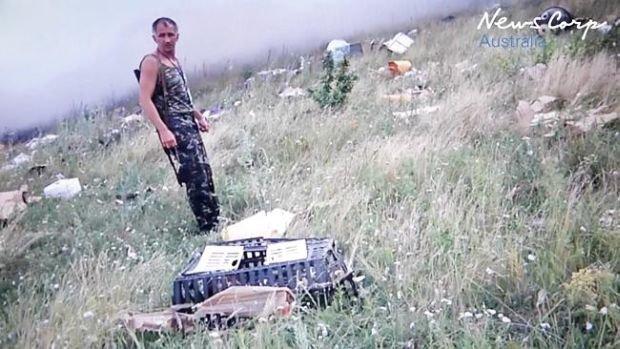 В первые минуты после трагедии MH17 боевики копались в вещах погибших и фотографировались (ФОТО, ВИДЕО), фото-3
