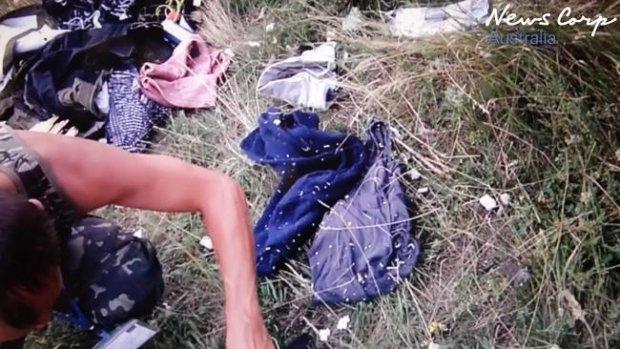 В первые минуты после трагедии MH17 боевики копались в вещах погибших и фотографировались (ФОТО, ВИДЕО), фото-4