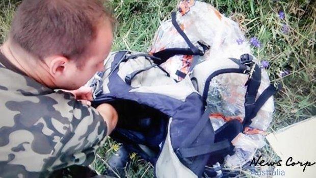 В первые минуты после трагедии MH17 боевики копались в вещах погибших и фотографировались (ФОТО, ВИДЕО), фото-2