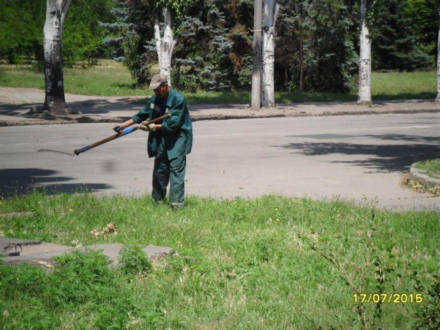 В Кривом Роге весь день косили траву, подметали и рыли траншеи (ФОТО), фото-11