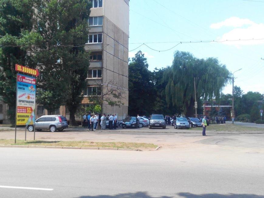 Под стенами Саксаганской прокуратуры криворожане вышли на пикет и ждут приезда Президента (ФОТО) (фото) - фото 1