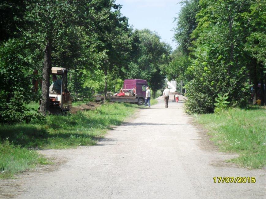 В Кривом Роге весь день косили траву, подметали и рыли траншеи (ФОТО), фото-8