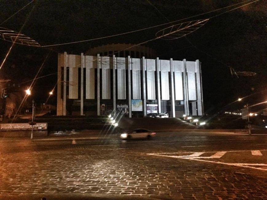 """Фасад """"Украинского дома"""" очистили от незаконной рекламы (ФОТО) (фото) - фото 1"""