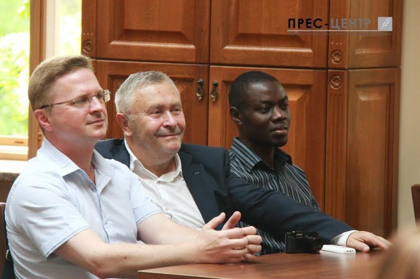 Посол Франції в Україні Ален Ремі здійснив візит до Наукової бібліотеки Університету імені Івана Франка (фото) - фото 6