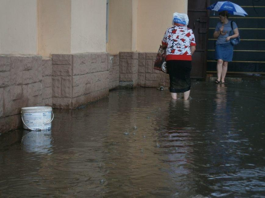 В Димитрове появилась система водоотвода возле отделения Ошадбанка (фото) - фото 2
