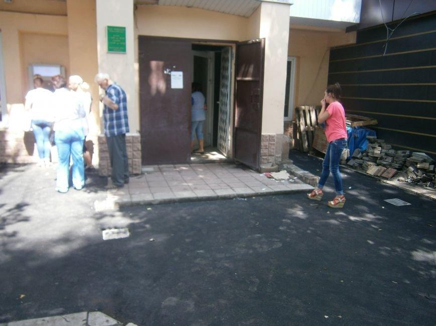 В Димитрове появилась система водоотвода возле отделения Ошадбанка (фото) - фото 10