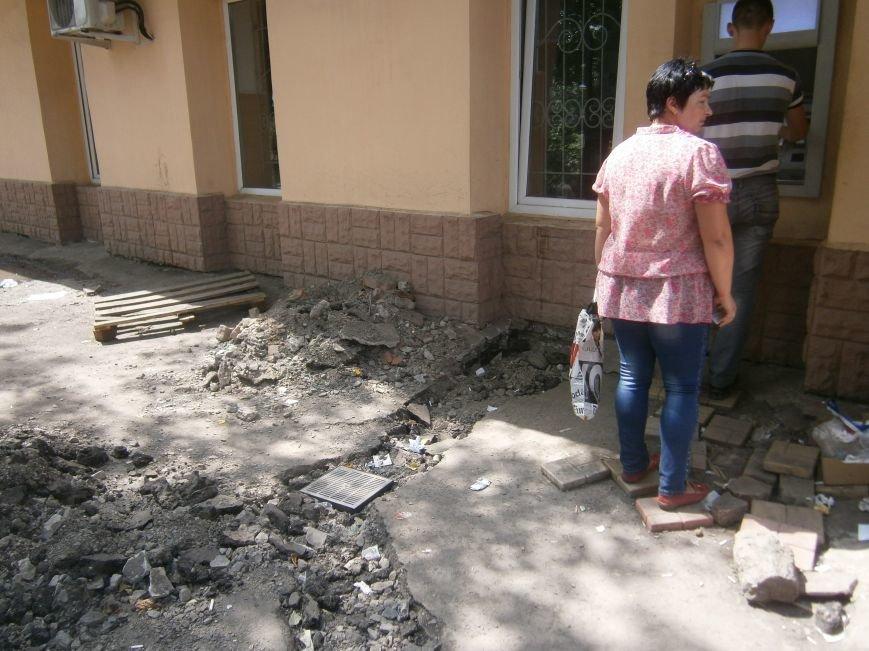 В Димитрове появилась система водоотвода возле отделения Ошадбанка (фото) - фото 4
