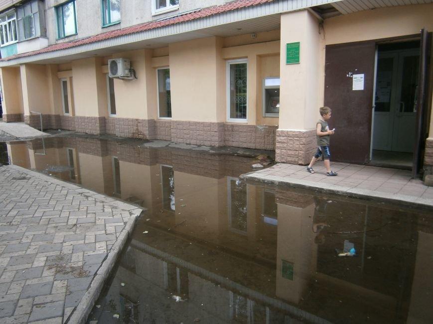 В Димитрове появилась система водоотвода возле отделения Ошадбанка (фото) - фото 1