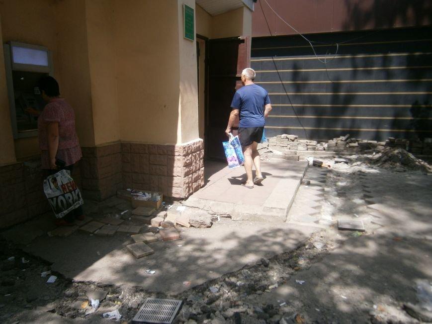 В Димитрове появилась система водоотвода возле отделения Ошадбанка (фото) - фото 6