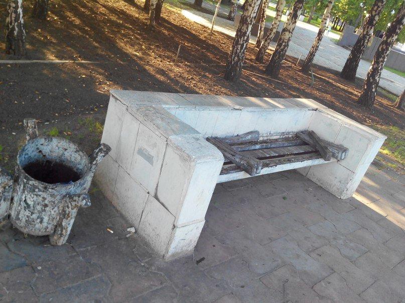 В Кривбассе по ночам вандалы палят лавочки под горисполкомом и ломают арки (ФОТО) (фото) - фото 3