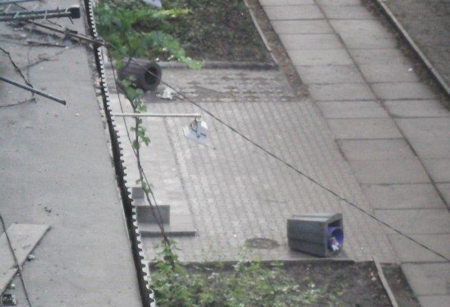 В Кривбассе по ночам вандалы палят лавочки под горисполкомом и ломают арки (ФОТО) (фото) - фото 1