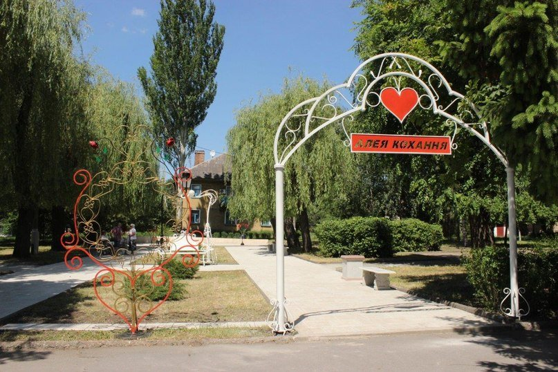 В Кривбассе по ночам вандалы палят лавочки под горисполкомом и ломают арки (ФОТО) (фото) - фото 2