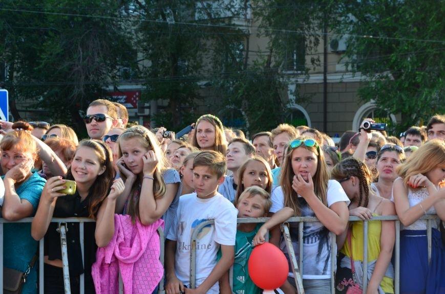 В Мариуполе Анна Седакова собрала на сцене детей, Гайтана пела про «Шахтер», а Кривошапко исполнил песню о войне (ФОТОРЕПОРТАЖ), фото-33