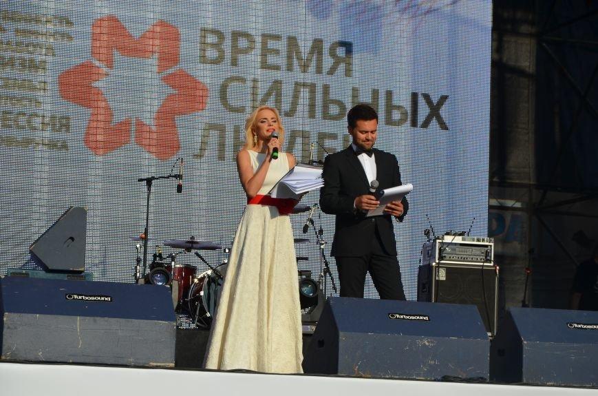 В Мариуполе Анна Седакова собрала на сцене детей, Гайтана пела про «Шахтер», а Кривошапко исполнил песню о войне (ФОТОРЕПОРТАЖ), фото-1