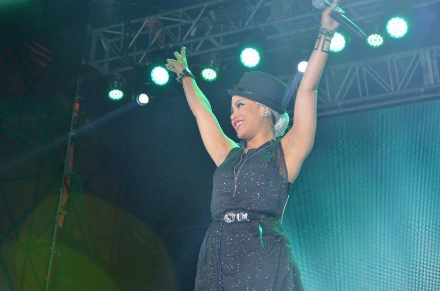 В Мариуполе Анна Седакова собрала на сцене детей, Гайтана пела про «Шахтер», а Кривошапко исполнил песню о войне (ФОТОРЕПОРТАЖ), фото-70