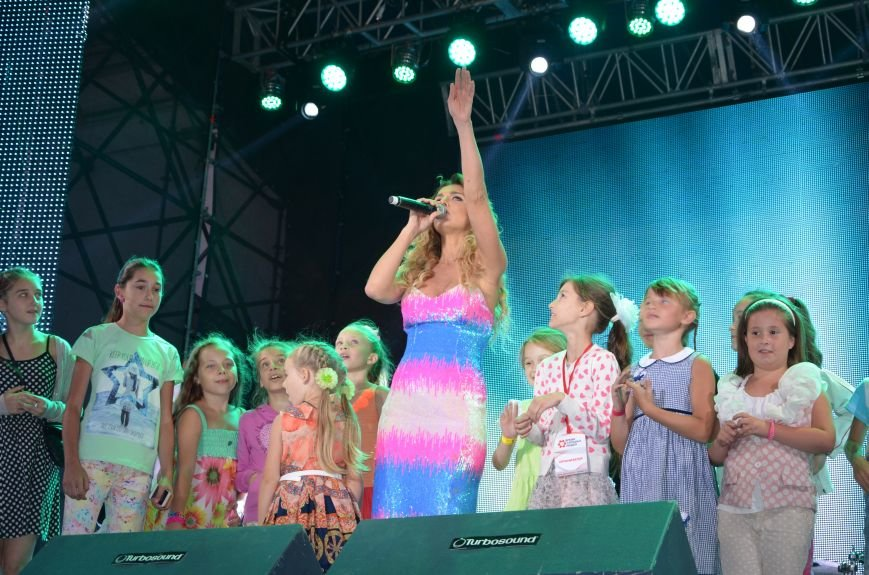 В Мариуполе Анна Седакова собрала на сцене детей, Гайтана пела про «Шахтер», а Кривошапко исполнил песню о войне (ФОТОРЕПОРТАЖ), фото-60