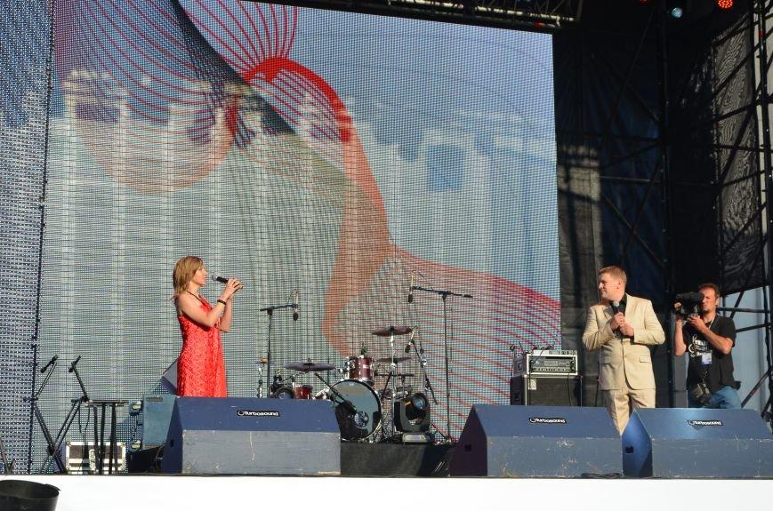 В Мариуполе Анна Седакова собрала на сцене детей, Гайтана пела про «Шахтер», а Кривошапко исполнил песню о войне (ФОТОРЕПОРТАЖ), фото-2