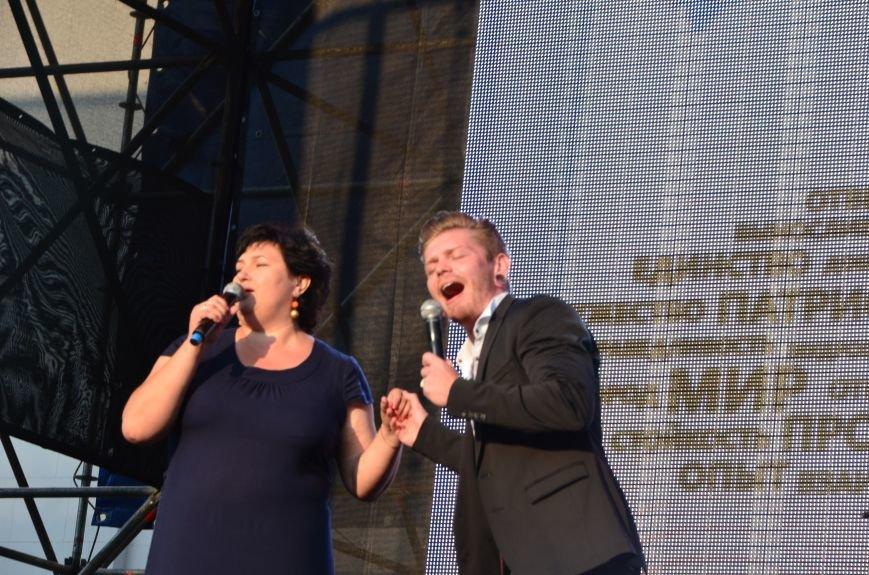В Мариуполе Анна Седакова собрала на сцене детей, Гайтана пела про «Шахтер», а Кривошапко исполнил песню о войне (ФОТОРЕПОРТАЖ), фото-48