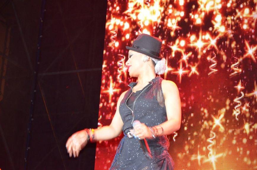 В Мариуполе Анна Седакова собрала на сцене детей, Гайтана пела про «Шахтер», а Кривошапко исполнил песню о войне (ФОТОРЕПОРТАЖ), фото-67