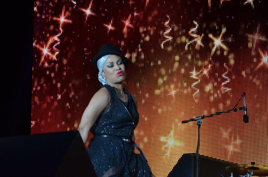 В Мариуполе Анна Седакова собрала на сцене детей, Гайтана пела про «Шахтер», а Кривошапко исполнил песню о войне (ФОТОРЕПОРТАЖ), фото-69