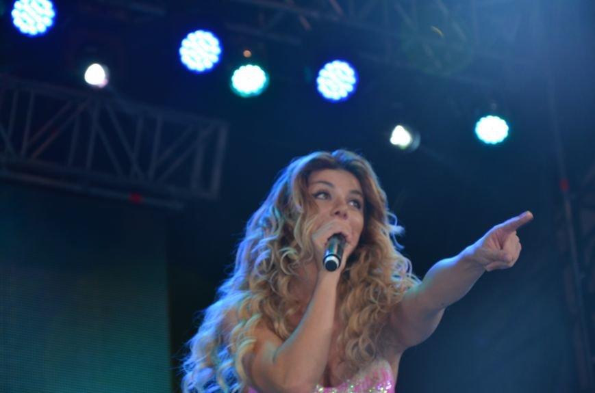 В Мариуполе Анна Седакова собрала на сцене детей, Гайтана пела про «Шахтер», а Кривошапко исполнил песню о войне (ФОТОРЕПОРТАЖ), фото-56