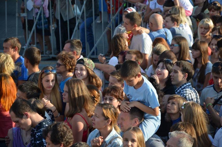 В Мариуполе Анна Седакова собрала на сцене детей, Гайтана пела про «Шахтер», а Кривошапко исполнил песню о войне (ФОТОРЕПОРТАЖ), фото-16