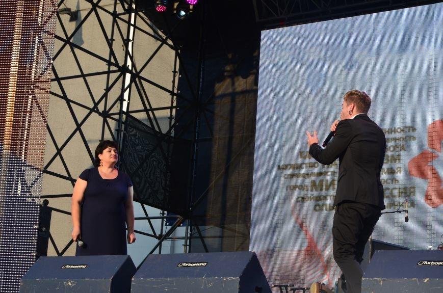 В Мариуполе Анна Седакова собрала на сцене детей, Гайтана пела про «Шахтер», а Кривошапко исполнил песню о войне (ФОТОРЕПОРТАЖ), фото-37