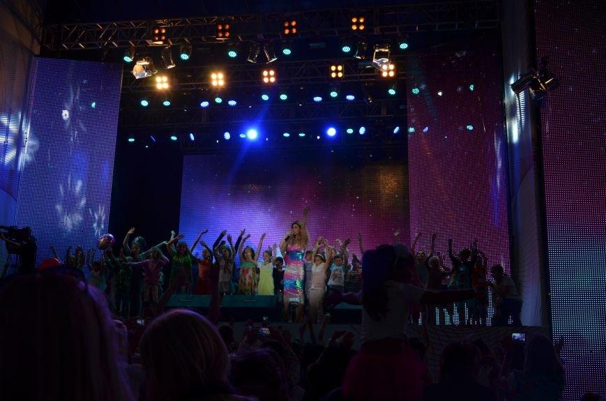 В Мариуполе Анна Седакова собрала на сцене детей, Гайтана пела про «Шахтер», а Кривошапко исполнил песню о войне (ФОТОРЕПОРТАЖ), фото-61