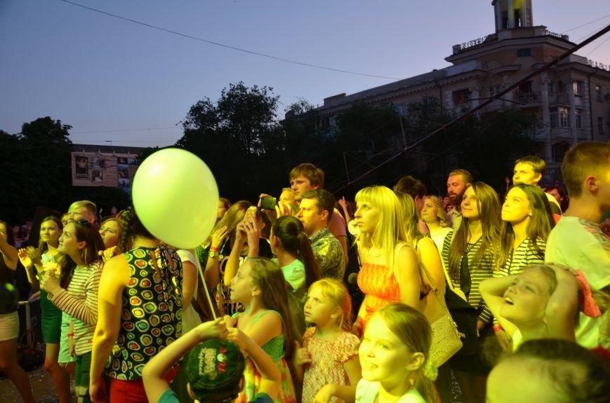 В Мариуполе Анна Седакова собрала на сцене детей, Гайтана пела про «Шахтер», а Кривошапко исполнил песню о войне (ФОТОРЕПОРТАЖ), фото-58