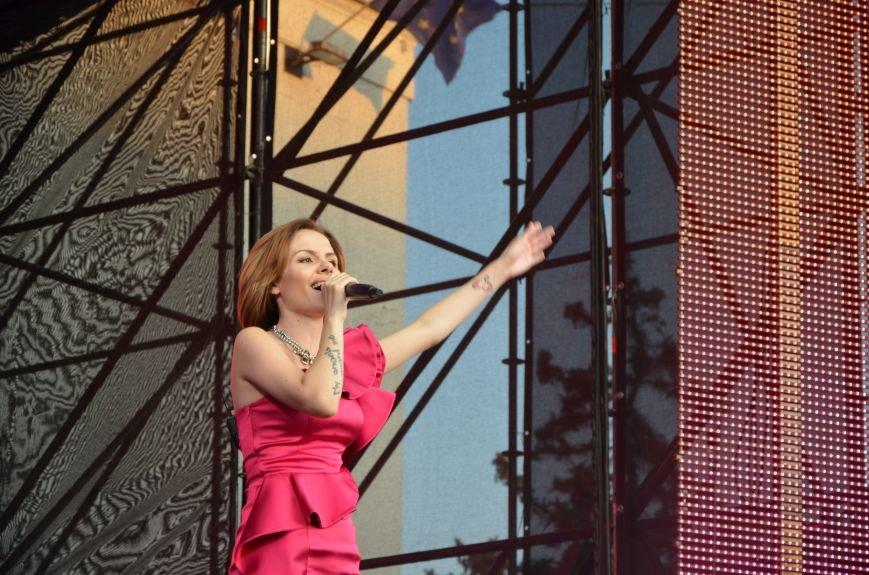 В Мариуполе Анна Седакова собрала на сцене детей, Гайтана пела про «Шахтер», а Кривошапко исполнил песню о войне (ФОТОРЕПОРТАЖ), фото-41