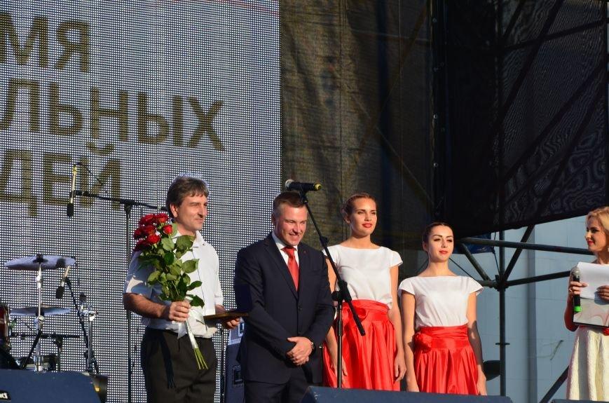 В Мариуполе Анна Седакова собрала на сцене детей, Гайтана пела про «Шахтер», а Кривошапко исполнил песню о войне (ФОТОРЕПОРТАЖ), фото-27