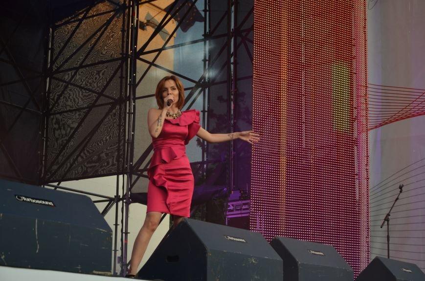 В Мариуполе Анна Седакова собрала на сцене детей, Гайтана пела про «Шахтер», а Кривошапко исполнил песню о войне (ФОТОРЕПОРТАЖ), фото-39