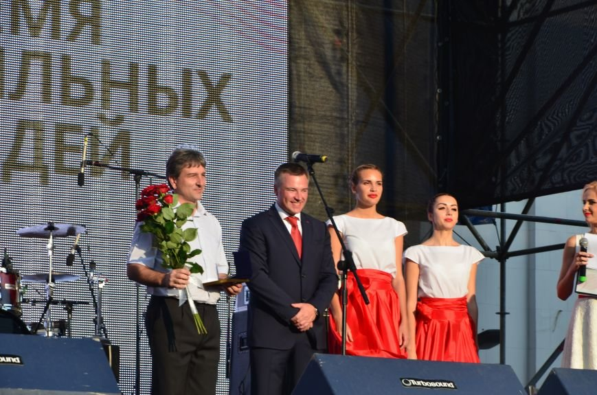 В Мариуполе Анна Седакова собрала на сцене детей, Гайтана пела про «Шахтер», а Кривошапко исполнил песню о войне (ФОТОРЕПОРТАЖ), фото-26