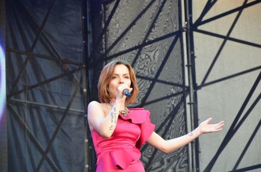 В Мариуполе Анна Седакова собрала на сцене детей, Гайтана пела про «Шахтер», а Кривошапко исполнил песню о войне (ФОТОРЕПОРТАЖ), фото-42