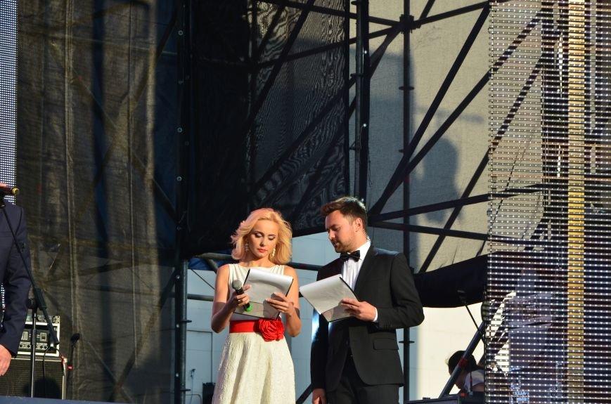В Мариуполе Анна Седакова собрала на сцене детей, Гайтана пела про «Шахтер», а Кривошапко исполнил песню о войне (ФОТОРЕПОРТАЖ), фото-24