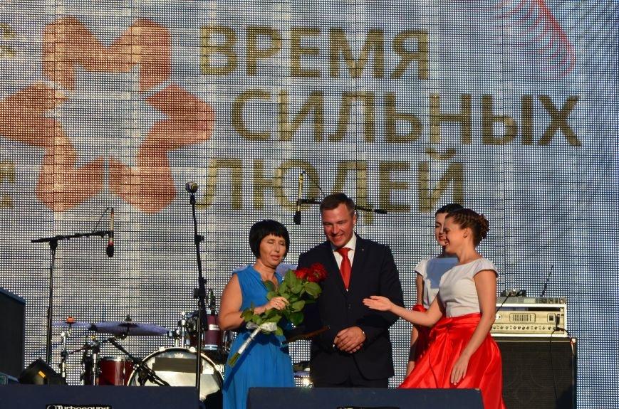В Мариуполе Анна Седакова собрала на сцене детей, Гайтана пела про «Шахтер», а Кривошапко исполнил песню о войне (ФОТОРЕПОРТАЖ), фото-28
