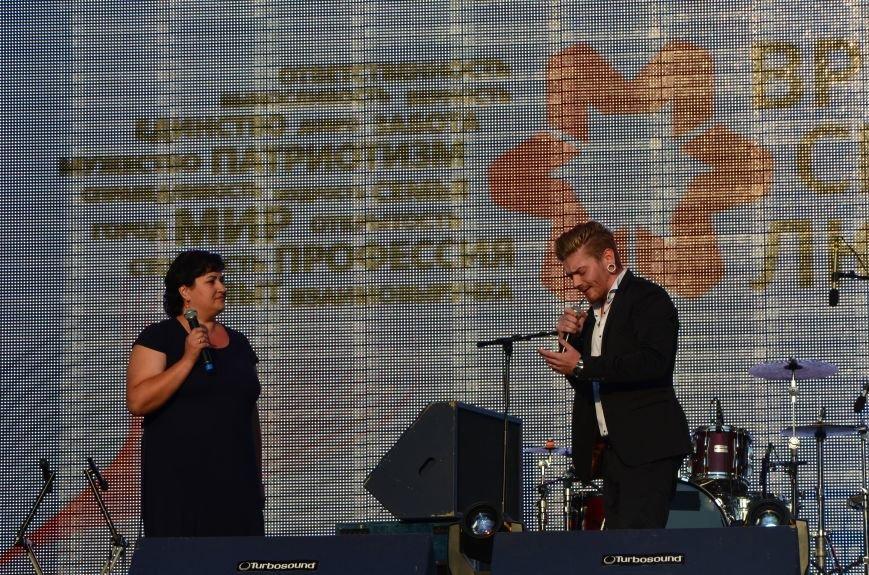 В Мариуполе Анна Седакова собрала на сцене детей, Гайтана пела про «Шахтер», а Кривошапко исполнил песню о войне (ФОТОРЕПОРТАЖ), фото-35