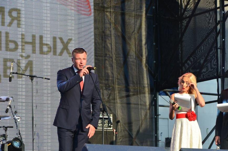 В Мариуполе Анна Седакова собрала на сцене детей, Гайтана пела про «Шахтер», а Кривошапко исполнил песню о войне (ФОТОРЕПОРТАЖ), фото-23