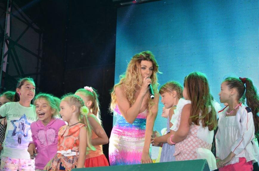 В Мариуполе Анна Седакова собрала на сцене детей, Гайтана пела про «Шахтер», а Кривошапко исполнил песню о войне (ФОТОРЕПОРТАЖ), фото-59