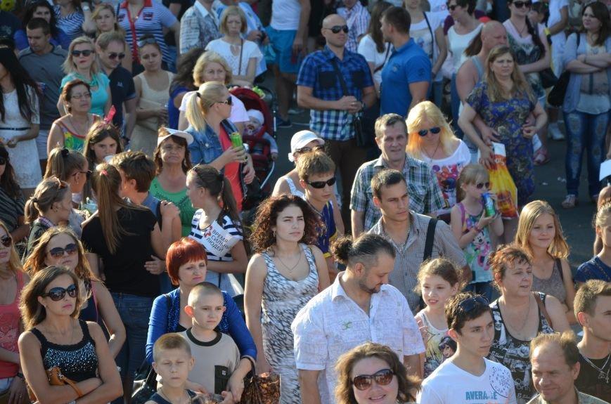 В Мариуполе Анна Седакова собрала на сцене детей, Гайтана пела про «Шахтер», а Кривошапко исполнил песню о войне (ФОТОРЕПОРТАЖ), фото-4