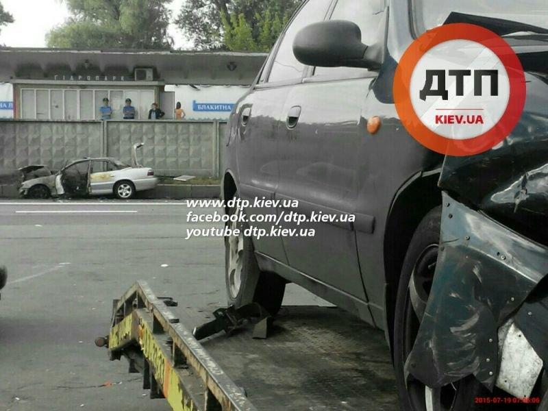 В Киеве на Броварском проспекте Opel влетел в патрульный автомобиль и загорелся (ФОТО) (фото) - фото 1
