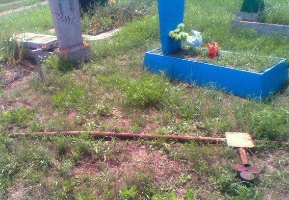 23-летний житель Запорожской области пытался украсть с могилы крест и сдать на металлолом (фото) - фото 1