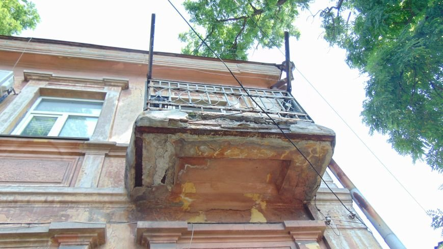 В Мариуполе балконы покушались на здоровье горожан (ФОТОФАКТ) (фото) - фото 1