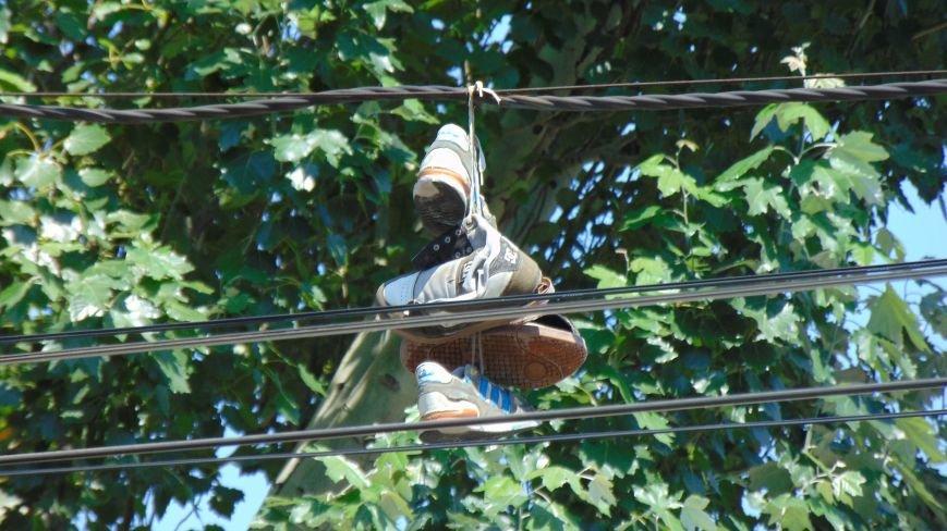 В Мариуполе рядом с областной прокуратурой повесили гирлянды из кроссовок (ФОТОФАКТ) (фото) - фото 1