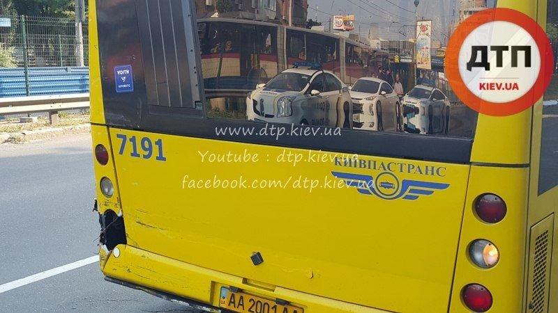В Киеве на Борщаговке произошло тройное ДТП с участием маршрутки (ФОТО) (фото) - фото 1