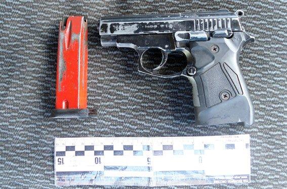 На Полтавщині у хлопця в машині виявили вибухівку та зброю (фото) - фото 1