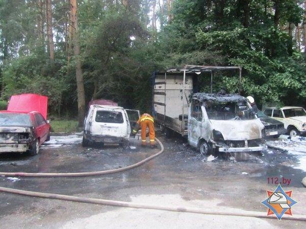 В Пышках из-за короткого замыкания сгорело четыре автомобиля (фото) - фото 2