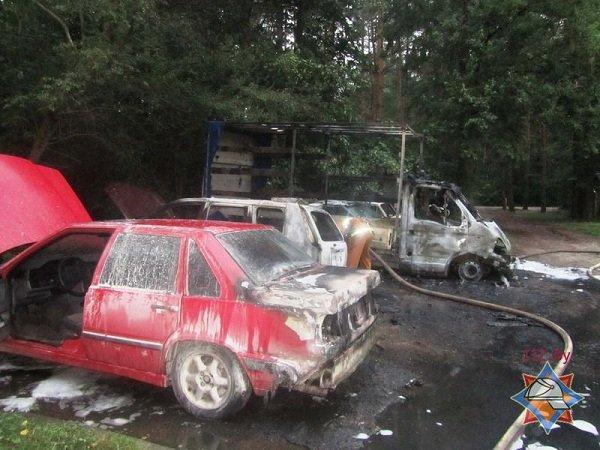В Пышках из-за короткого замыкания сгорело четыре автомобиля (фото) - фото 1
